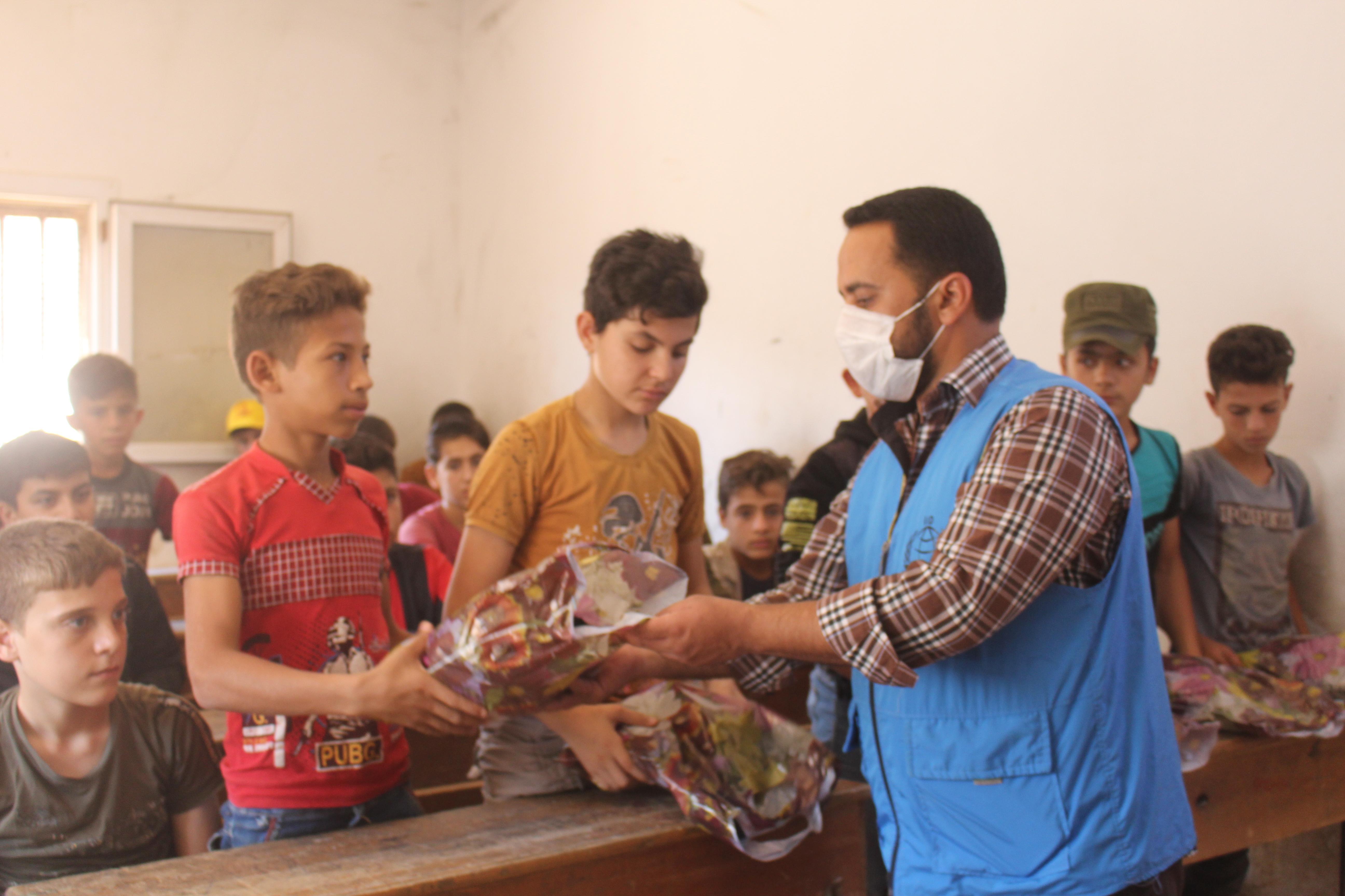Yeni bayramlıkları ile bayrama hazır çocuklar - Haberler - İnsanı İnşa Derneği İİD. Uluslararası Yardım Kuruluşu