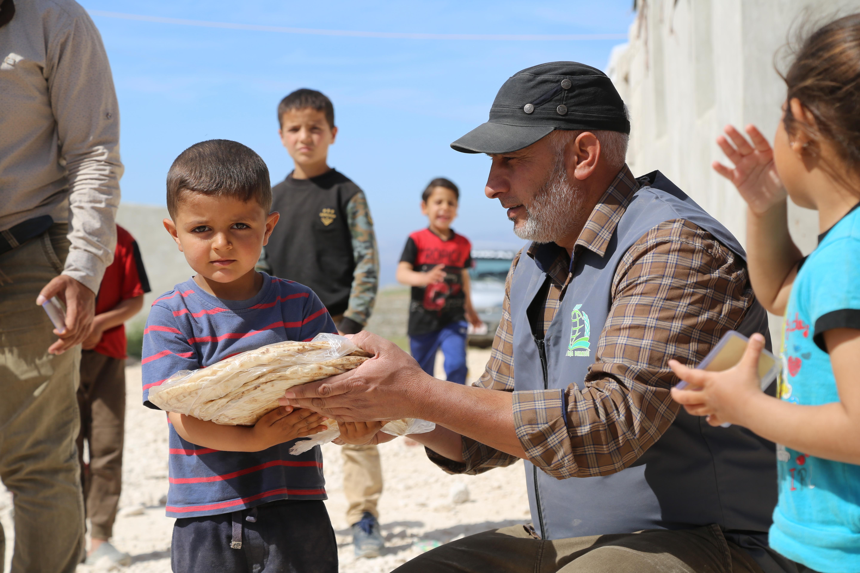 Ramazan Ayında da ekmek dağıtımına devam ediyoruz. - Haberler - İnsanı İnşa Derneği İİD. Uluslararası Yardım Kuruluşu